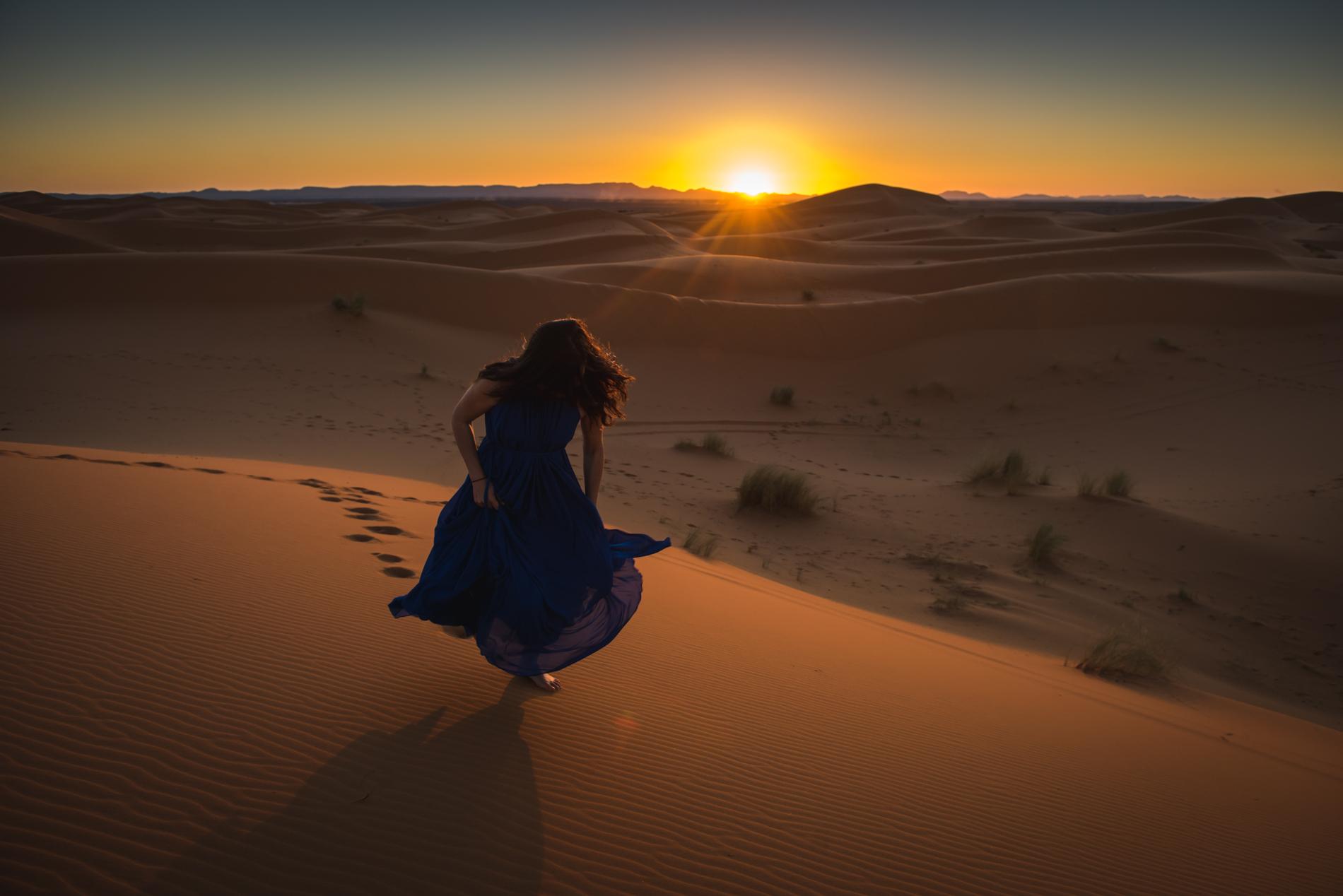 woman-run-desert-blue-dress